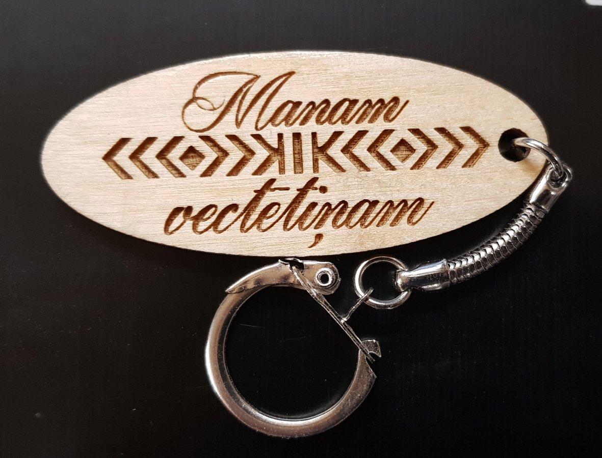 Koka atslēgu piekariņš ar spēka zīmi