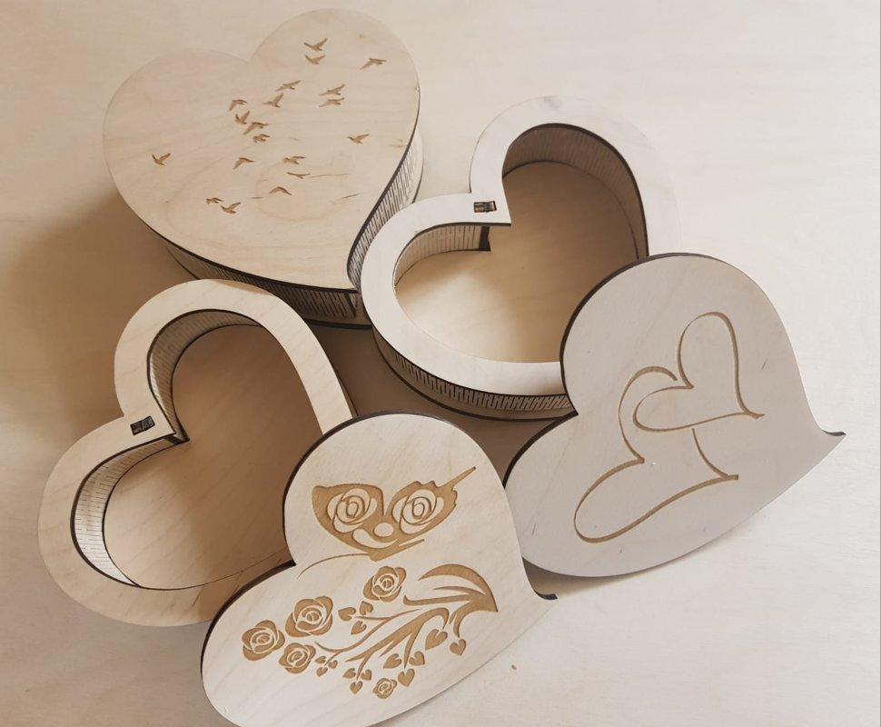 Kaste sirds formā ar gravējumu