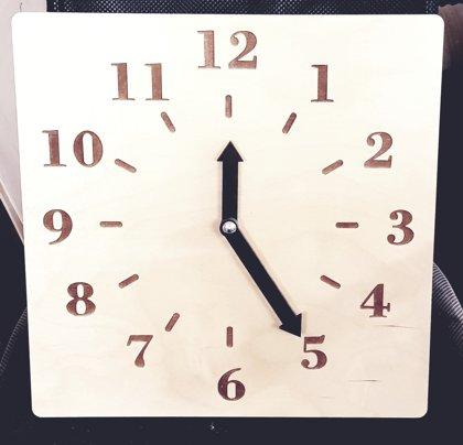Koka mācību pulkstenis 40x40cm