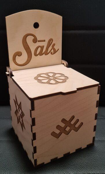 Koka sālstrauks ar gravējumu, karināms vai noliekams uz galda