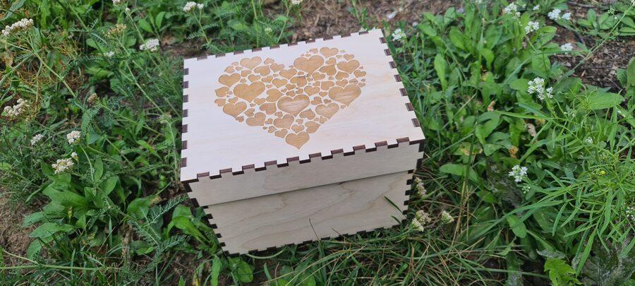 Koka kaste 15x15x20 ar vāku un gravējumu